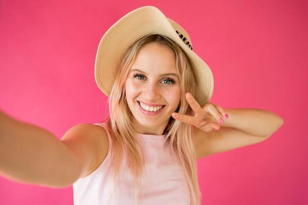 Blonde influencer taking a selfie Premium Photo