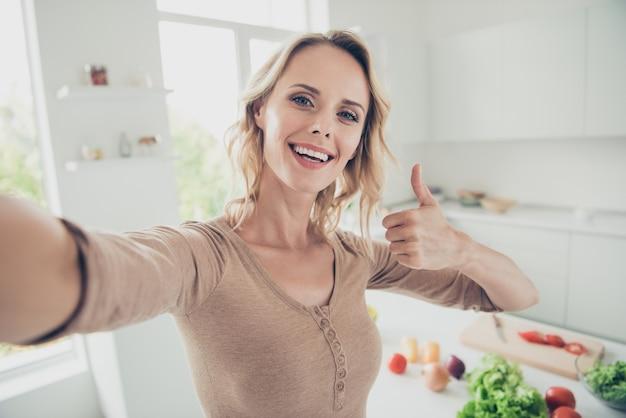 야채와 함께 부엌에서 집에서 금발 여자 프리미엄 사진