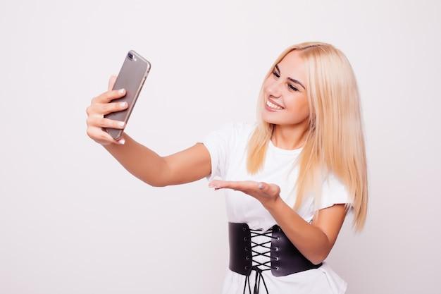 Блондинка женщина делает селфи на изолированные Бесплатные Фотографии