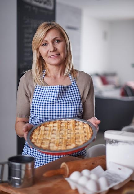 Блондинка женщина держит торт Бесплатные Фотографии