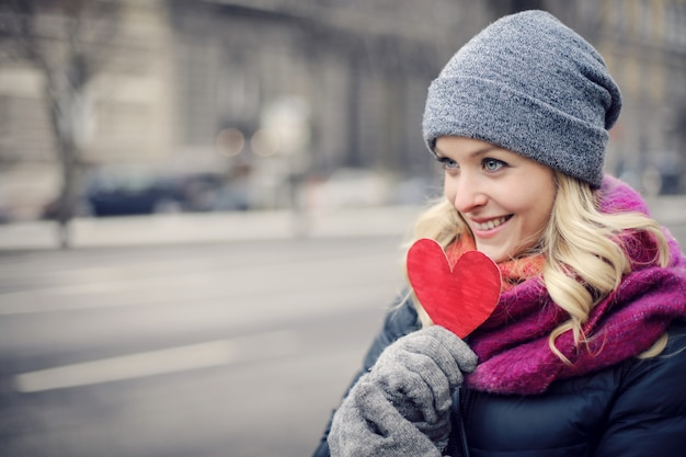 Blonde woman holding a paper heart Premium Photo