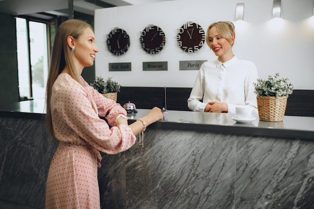 금발 여자 호텔 게스트 체크인 호텔 프런트 데스크 프리미엄 사진