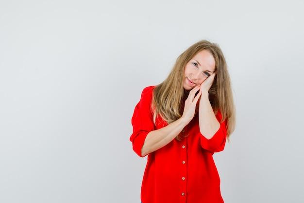 베개로 손바닥에 기대어 우아한 찾고 빨간 셔츠에 금발 여자, 무료 사진