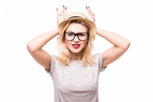 ブロンドの女性は白い壁に分離された驚きに彼女の顔を持っています。 無料写真