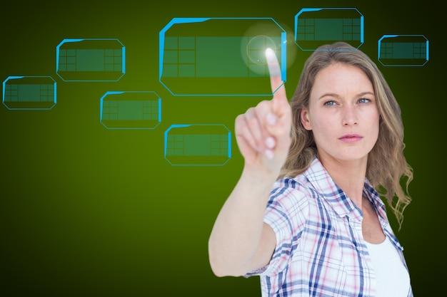 Donna bionda premendo uno schermo virtuale Foto Gratuite