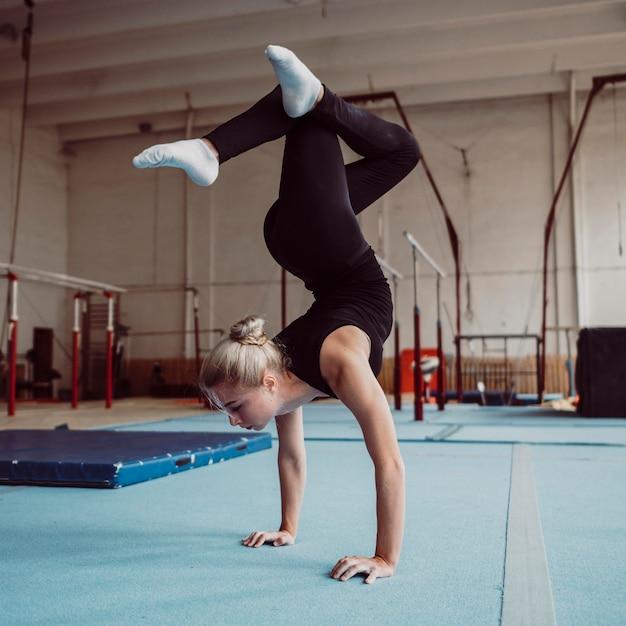 Блондинка тренируется для олимпийских игр по гимнастике Бесплатные Фотографии