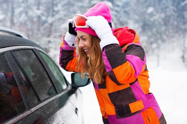 冬の服を着ているブロンドの女性 無料写真