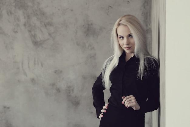 黒のドレスのポーズで金髪の女性 無料写真