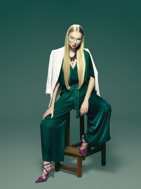 Блондинка молодая женщина в элегантном зеленом платье. Бесплатные Фотографии