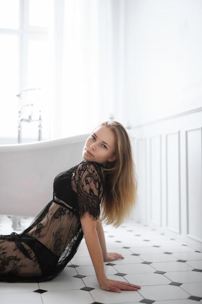 화장실에서 섹시 란제리에 금발의 젊은 여자 무료 사진