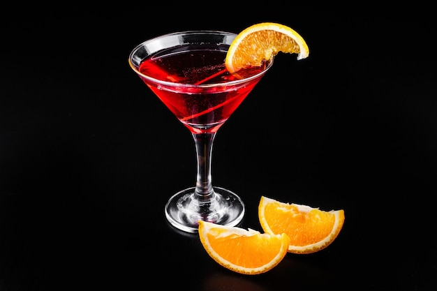 Blood orange gin and tonic cocktail served with slices of orange in a glass Free Photo