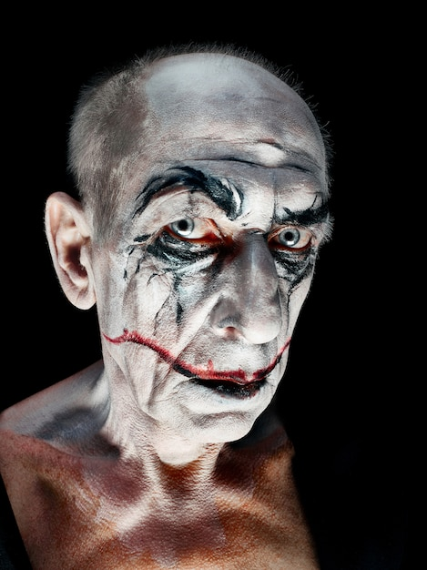 血まみれのハロウィーンのテーマ:暗いスタジオのクレイジーなマニアックな顔 無料写真