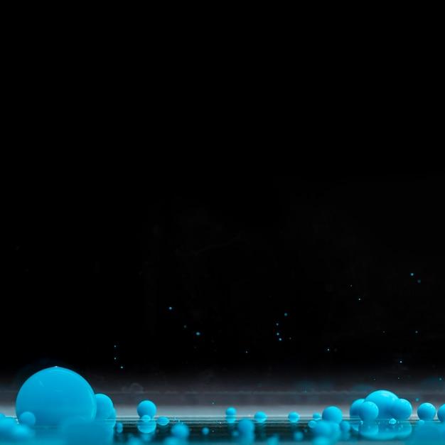 コピースペースと黒の背景に青いアクリルボール 無料写真