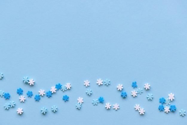Сине-белые снежинки украшения новогодняя вечеринка рождественские праздники зимняя концепция Premium Фотографии