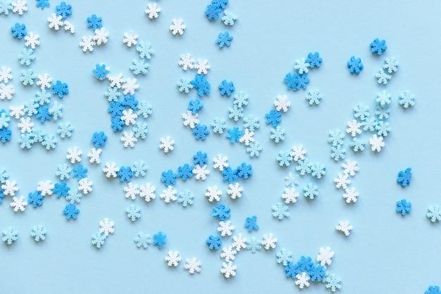 파란색과 흰색 눈송이 장식 새해 파티 크리스마스 휴일 겨울 개념 프리미엄 사진