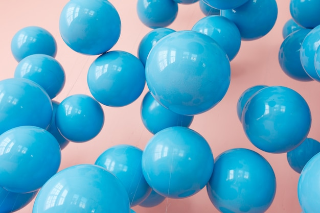 Palloncini blu, bolle blu su sfondo rosa. colori pastello moderni e raffinati Foto Gratuite