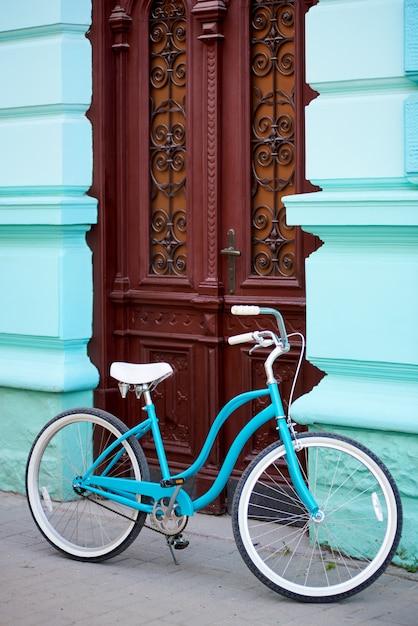 路上で青い自転車 Premium写真