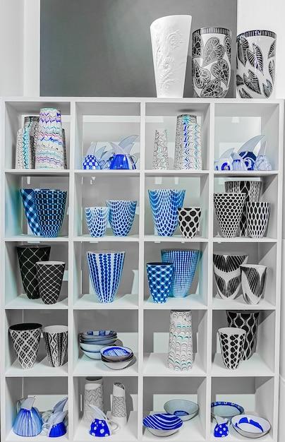 Синие, черные и белые керамические вазы для цветов на полке Бесплатные Фотографии