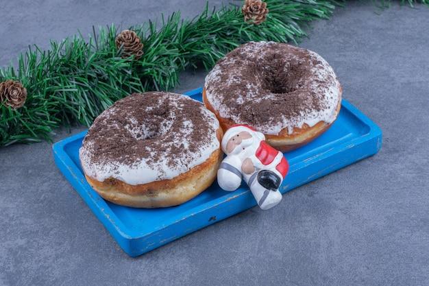 Un bordo blu di biscotti al cioccolato dolce con il giocattolo di natale Foto Gratuite