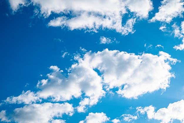 Голубое яркое небо с несколькими облаками и ярким солнцем Бесплатные Фотографии