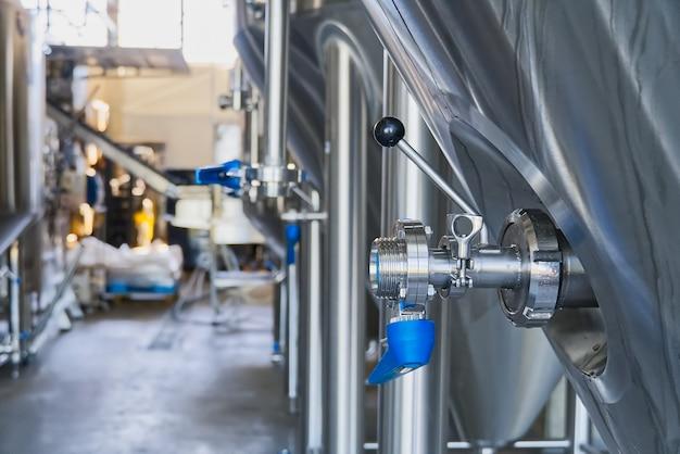 Задвижка blue butterfly для предотвращения обратного потока воды на заводе и промышленном предприятии по производству напитков. Premium Фотографии