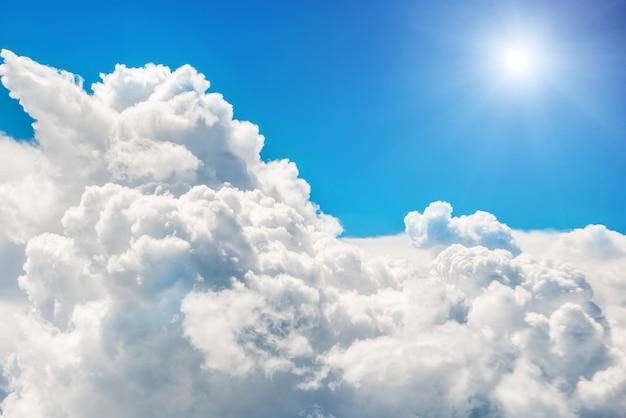 青い雲と空。自然な背景 Premium写真