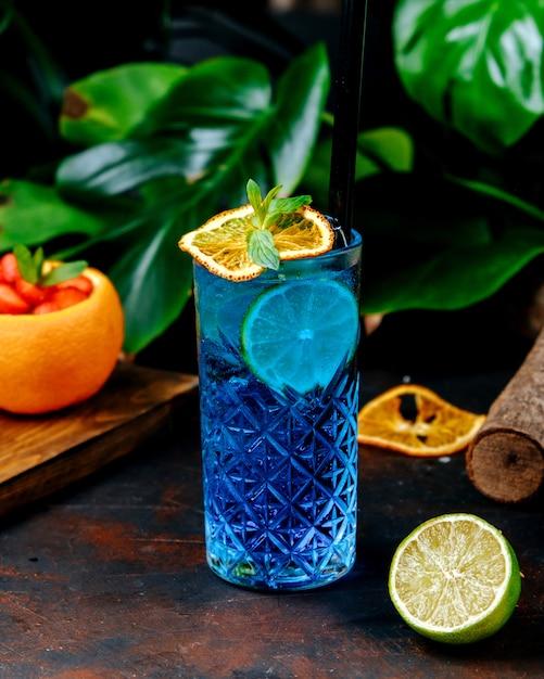 Blue cocktail with lemon slice Free Photo