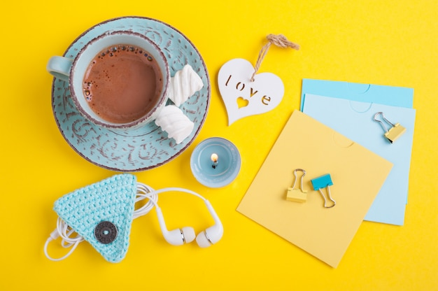 Blue cup of hot chocolate and blank notes Premium Photo