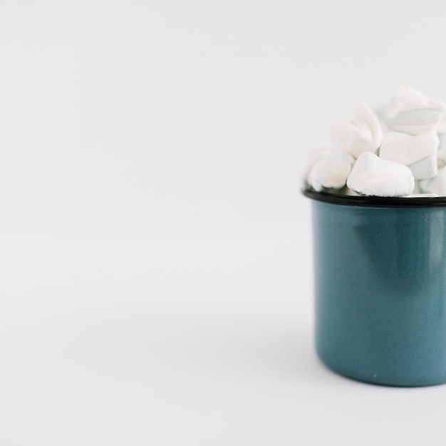Blue cup with marshmallows on table Free Photo