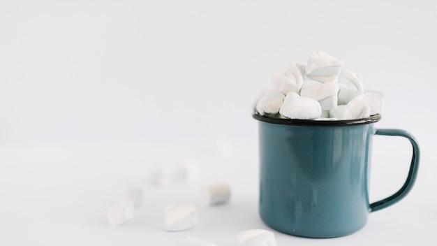 Blue cup with soft marshmallows Free Photo