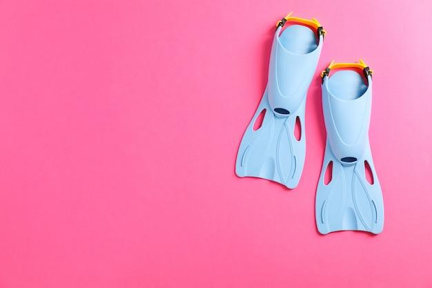 Синие ласты на розовом столе Premium Фотографии