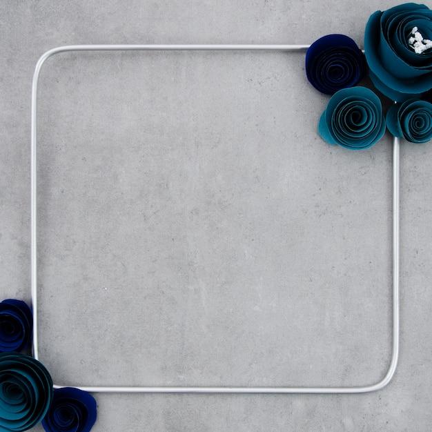 セメントの背景に青い花のフレーム 無料写真
