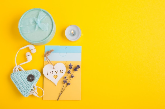 Blue gift and blank notes Premium Photo