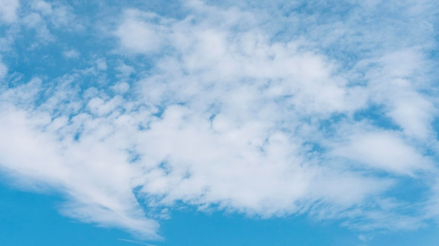 穏やかな自然の雲の青いグラデーション 無料写真