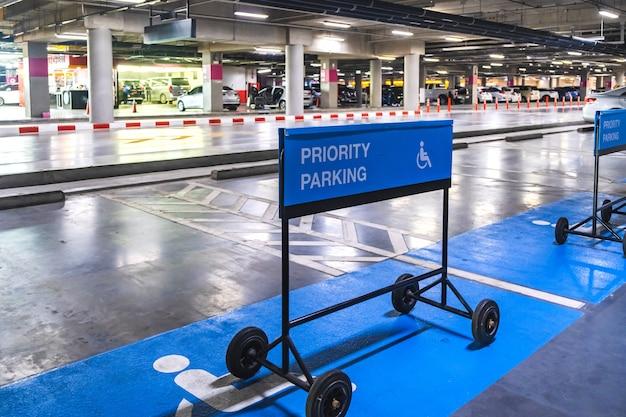Знак автостоянки приоритета голубой метки для автостоянки в торговом центре. Premium Фотографии