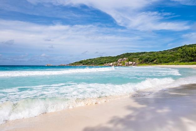 晴れた夏の日の青いラグーンと白い砂、素晴らしいアンスソースダルジャンのトロピカルビーチ Premium写真