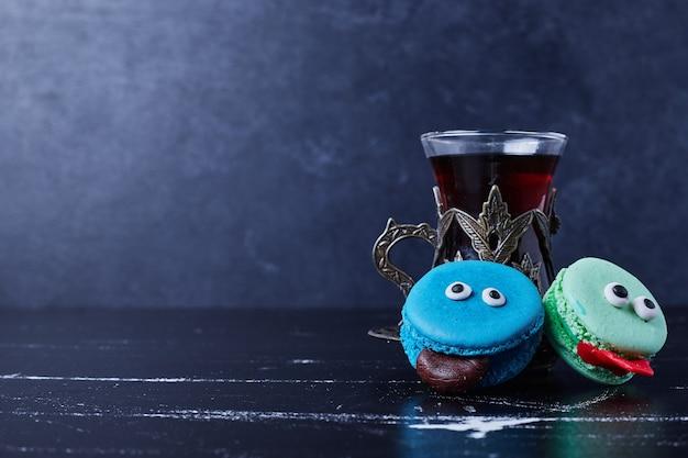 Голубые макароны со стаканом чая. Бесплатные Фотографии