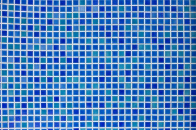 青いモザイクの背景。プールの底にあるマルチカラーの青いモザイクタイル Premium写真