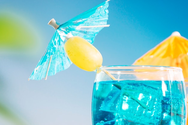 Blue orange drinks with olive sliced lime mint in glasses Free Photo