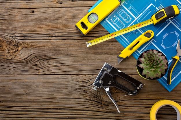 Чертеж и набор инструментов на деревянном фоне Бесплатные Фотографии
