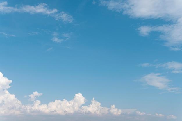青い空とふわふわの雲 無料写真