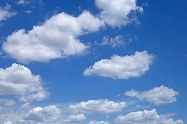 Предпосылка голубого неба с облаком. копировать пространство Premium Фотографии