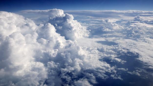 空撮飛行機から青い空雲ビュー Premium写真