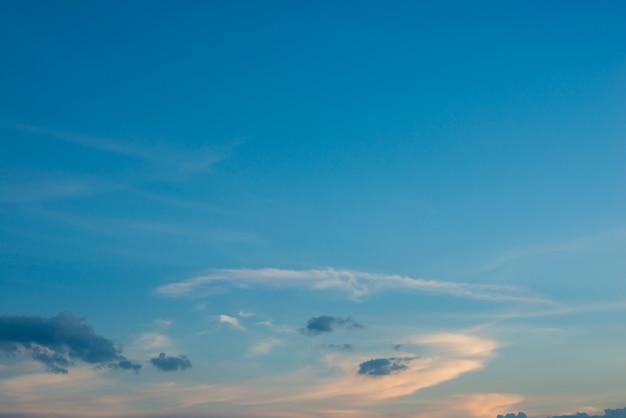 آسمان آبی با ابرهای در غروب آفتاب