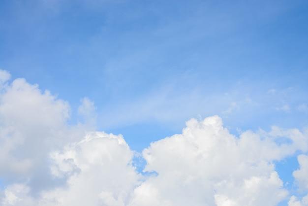 Cielo blu con sfondo nuvole. Foto Gratuite