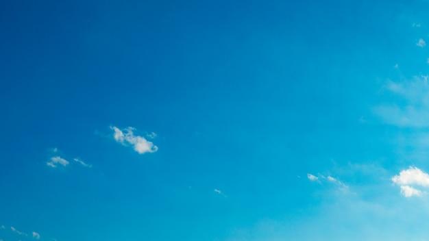 푹신한 흰 구름과 푸른 하늘 무료 사진