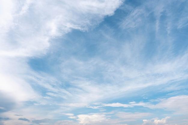 흩어져있는 흰 구름과 푸른 하늘 프리미엄 사진