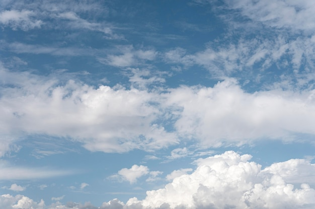 風の強い雲と青い空水平ショット 無料写真