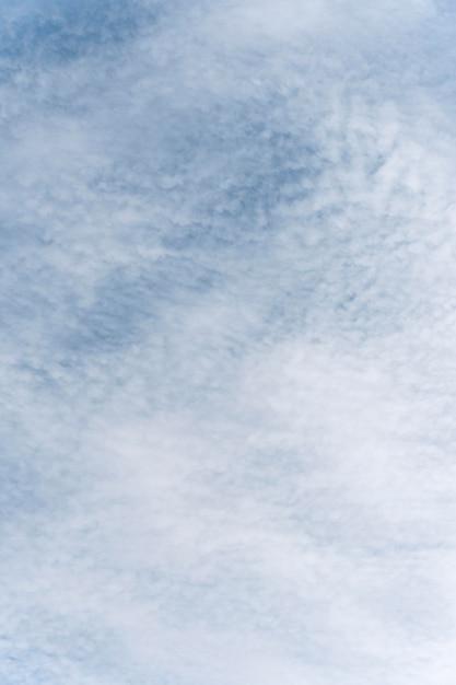 風の強い雲の垂直ショットと青い空 無料写真