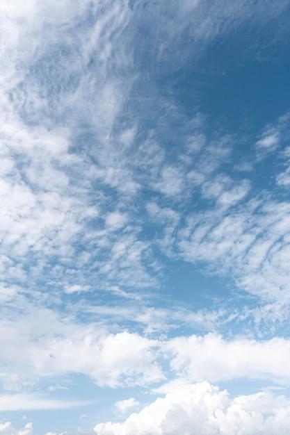 風の強い雲と青い空 無料写真